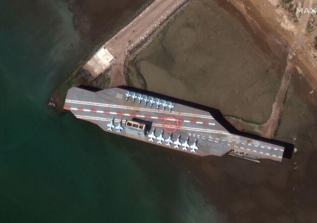 İran'ın deniz tatbikatlarında kullandığı ABD uçak gemisi maketi