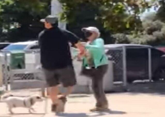 ABD'de bir kadın parkta oturan maskesiz çifte saldırdı
