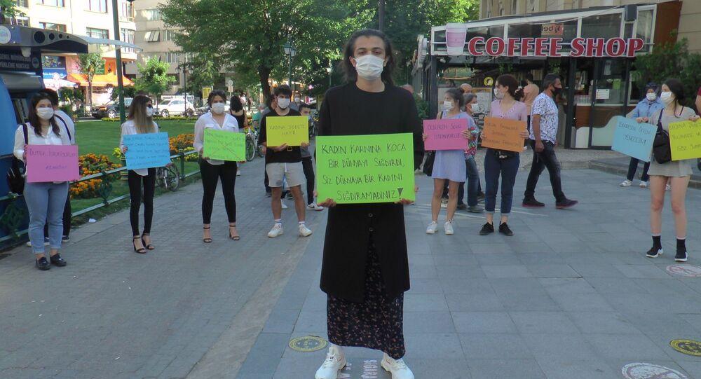 Kadına şiddete farkındalık oluşturmak için etek giydi