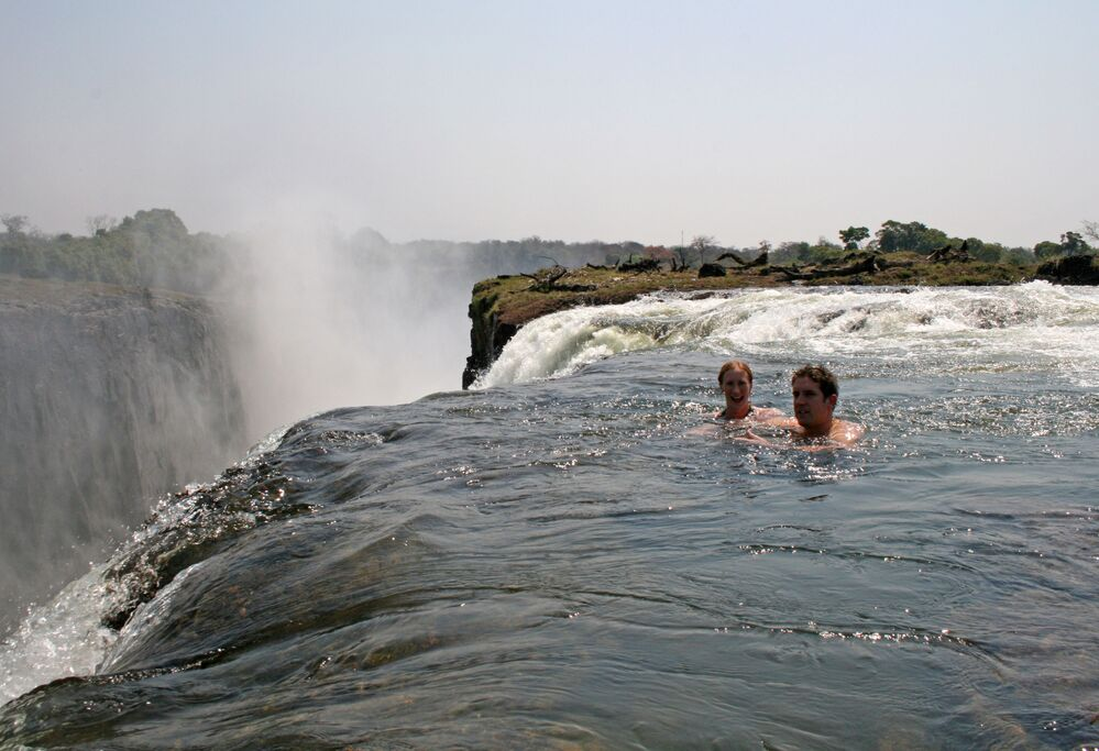 Şeytanın Havuzu (Devil's Pool),  Zambiya'daki  Victoria Şelalesi'nin yanında yerden yaklaşık 100 metre yükseklikte bulunuyor. Yılın büyük bir kısmı yüzmeye elverişli olmasa da, kuru sezonda su seviyesi düşerek uçurumun kıyısında Şeytanın Havuzu olarak bilinen bu havuzu oluşturuyor.