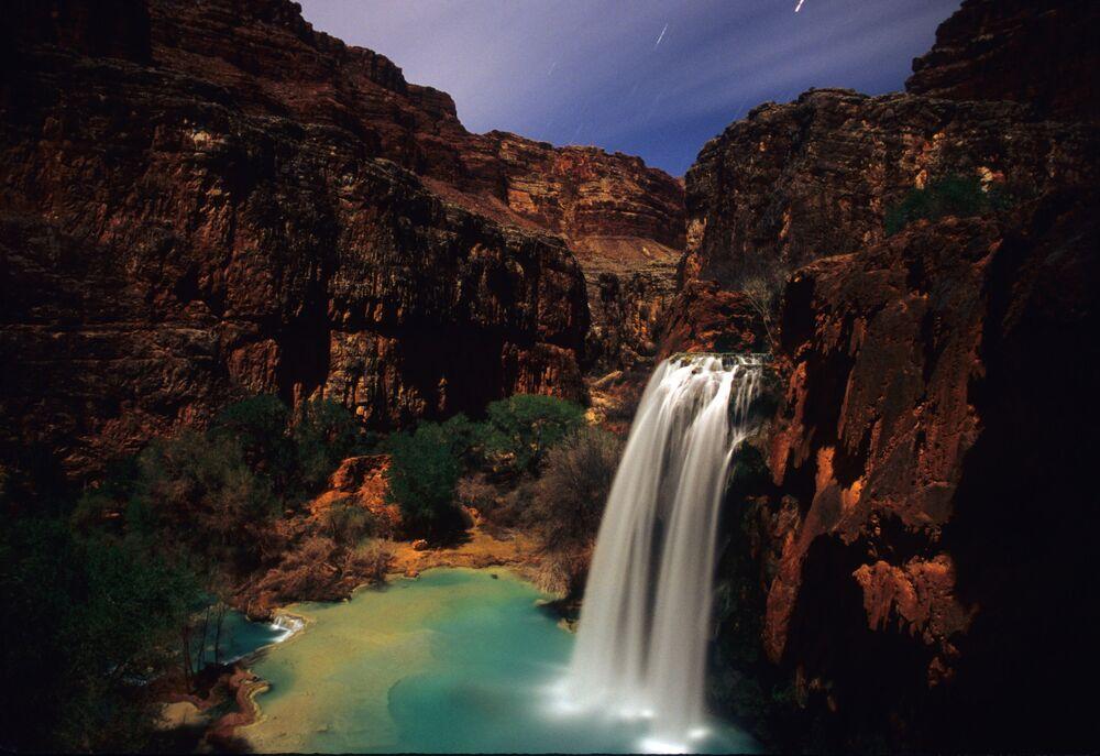 Havasu Şelalesi, ABD'nin Arizona eyaletindeki Büyük Kanyon Ulusal Parkı içinde bulunuyor. Şelalenin döküldüğü yerde bir sürü havuzcuk var. Ayrıca çevrede kamplar da kurulabilir.