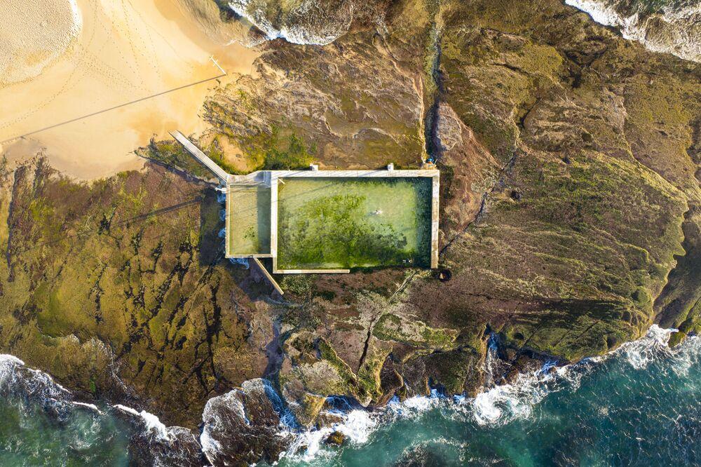 Avustralya'daki Mona Vale plajında yer alan görkemli manzaralı yüzme havuzu.