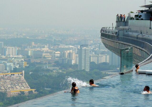 Bu inanılmaz havuz Singapur'un tepesinde, Marina Bay Sands otelinin 57. katında bulunuyor.  150 metre uzunluğundaki havuz  neredeyse Singapur'un hepsini gören bir manzaraya sahip. Dünyanın en yüksekte bulunan havuzu olarak kabul ediliyor ve otelin tam köşesinden aşağı düşecekmiş gibi duruyor.