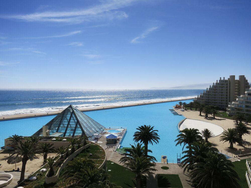 Şili'nin Algarrobo şehrinde bulunan San Alfonso Del Mar Guinnes Rekorlar Kitabına giren bir büyüklükteki havuza ev sahipliği yapıyor. 900 metre uzunluğunda ve tam iki milyon ton ağırlığında filtrelenmiş deniz suyuna sahip bu devasa havuz, otelin tam kenarında denize sıfır olmasıyla ziyaretçilere sınırsız olanaklar da sunuyor. San Alfonso del Mar son teknolojiyi de kullanarak denizin maviliği ile tamamen aynı renkte. O kadar büyük bir havuz ki üzerinde su sporları dahi yapılıyor.