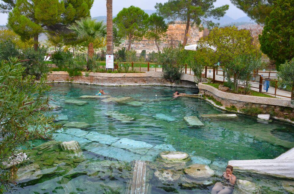 Pamukkale'deki Hierapolis Antik Kenti'nde, yaz kış 36 derece su sıcaklığına sahip 2 bin 500 yıllık Kleopatra antik termal havuzu. Antik çağdan bu yana termal tedavi merkezi olarak bilinen Pamukkale'de, milattan sonra 692'de meydana gelen depremde, sütunların yıkılması ve termal suyun birikmesiyle doğal yollarla oluşan Hierapolis'deki antik havuz, dört mevsim değişmeyen 36 derecelik suyuyla yazın farklı bir deneyim sunuyor.