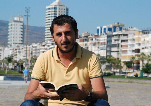 5 yıl önce toplu taşımada kitap okurken gizlice fotoğrafı çekilip ayrımcı bir dille eleştirilen Ali Uçar