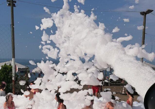 Plajda köpüklü parti