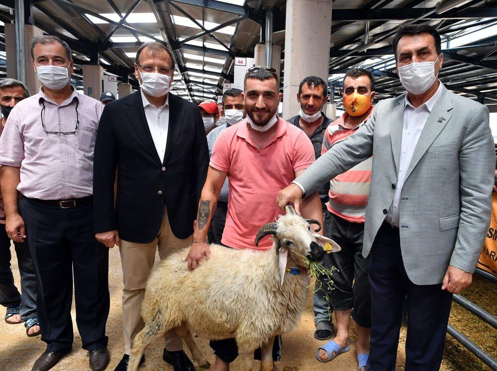 Kurban Bayramı öncesi Bursalılar, kurbanlık hayvan alışverişi için hayvan pazarlarına yöneldi.