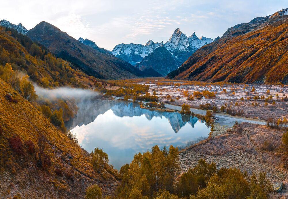 Yarışmanın 'Canlı Arşiv' kategorisinde birinci seçilen Fedor Laşkov'un fotoğrafında Kafkasya'daki Teberda Doğa Parkı'nda yer alan Tumanlı Göl manzarası görüntülendi