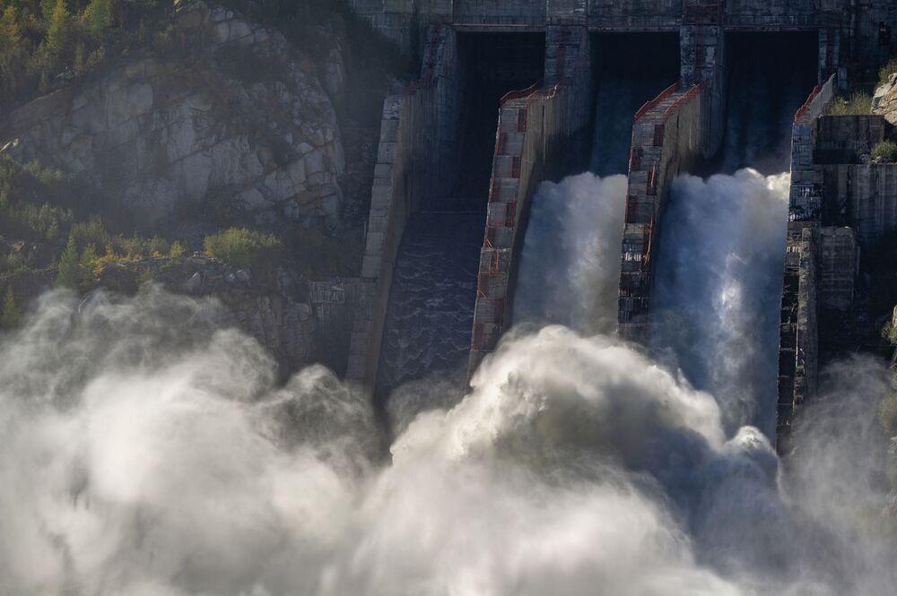 Yarışmanın 'Rusya'nın Su Enerjisi' kategorisinin kazananı Aleksey Voron'un görüntüsü, Kolıma Hidroelektrik Santrali'nde çekildi