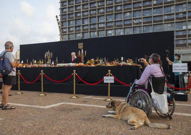 Tel Aviv'in Rabin Meydanı'na yerleştirilen 'Son Yemek' enstalasyonuna, Başbakan Netanyahu'ya muhalif İsrailliler yoğun ilgi gösterdi.