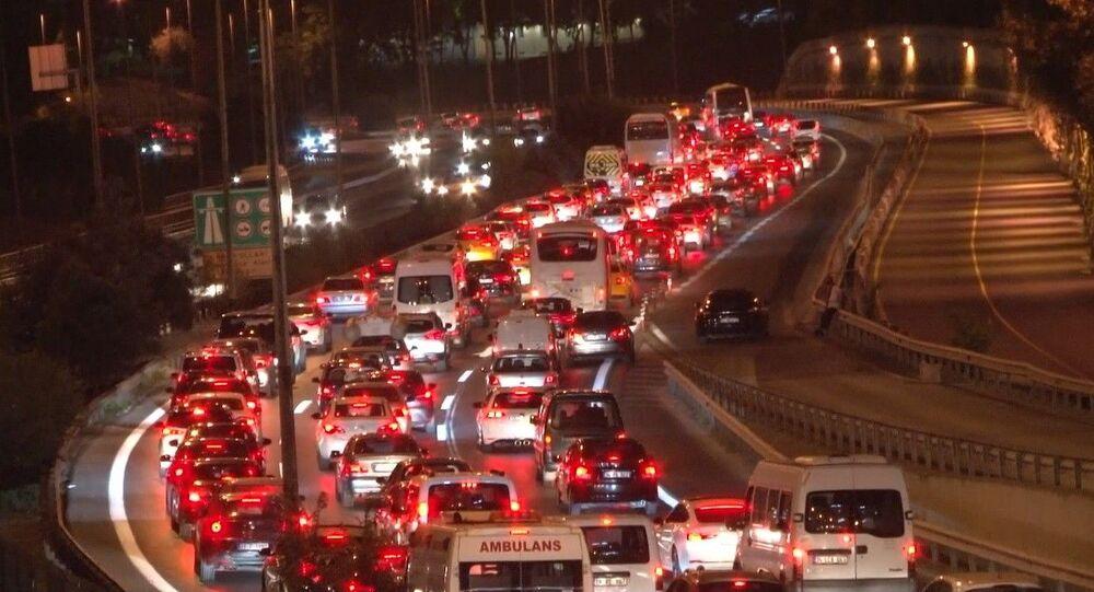 Kurban Bayramı öncesinde memleketlerine gitmek için yollara çıkan İstanbulluların oluşturduğu trafik yoğunluğu devam ediyor.