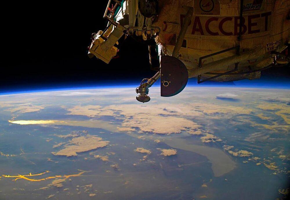 Şafak vakti Uluslararası Uzay İstasyonu'ndan çekilen Baykal Gölü görüntüsü