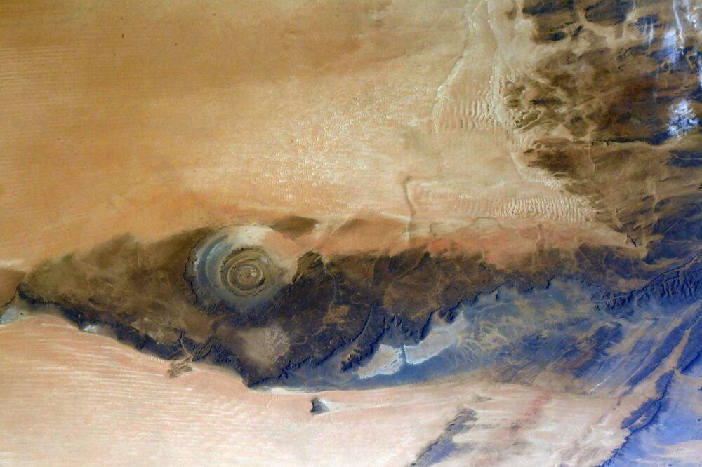 Uluslararası Uzay İstasyonu'ndan çekilen Sahra Çölü'nün batısında yer alan ve Sahra'nın Gözü olarak tanınan  yapının görüntüsü. Bu dünyaca ünlü yapı Richat Oluşumu olarak da biliniyor.
