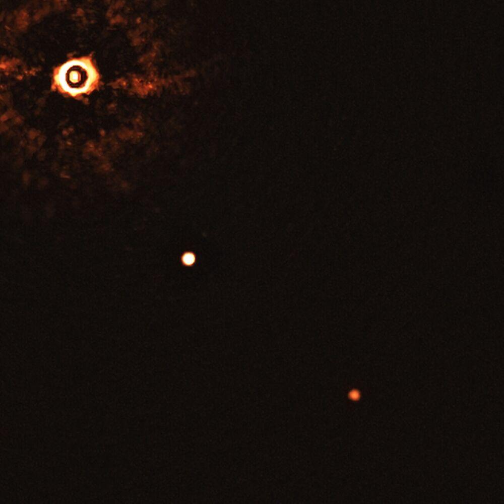 ESO Uzay Teleskobu tarafından elde edilen bu fotoğrafta iki dev dış gezegenin eşliğindeki Güneş benzeri yıldız görüntülendi