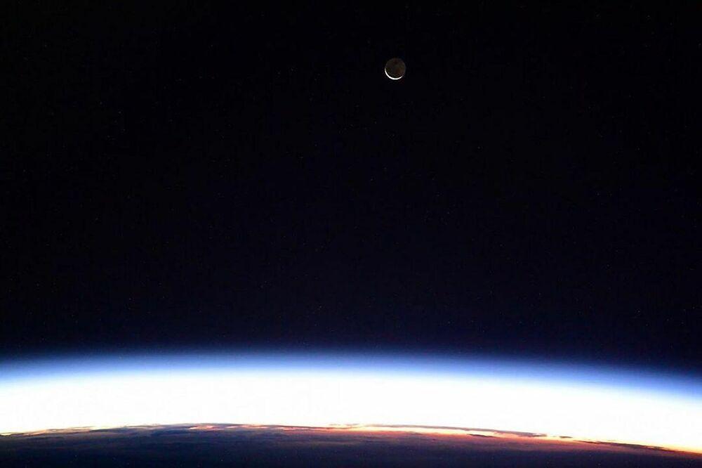 Uluslararası Uzay İstasyonu'ndan çekilen Ay manzaralı görüntü
