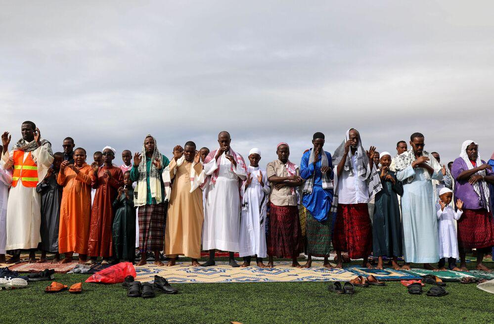 Somali'nin başkenti Mogadişu'da  bayram namazı futbol stadında kılındı