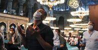 İstanbul'daki Ayasofya Camii'de ilk bayram namazı binlerin katılımıyla kılındı.