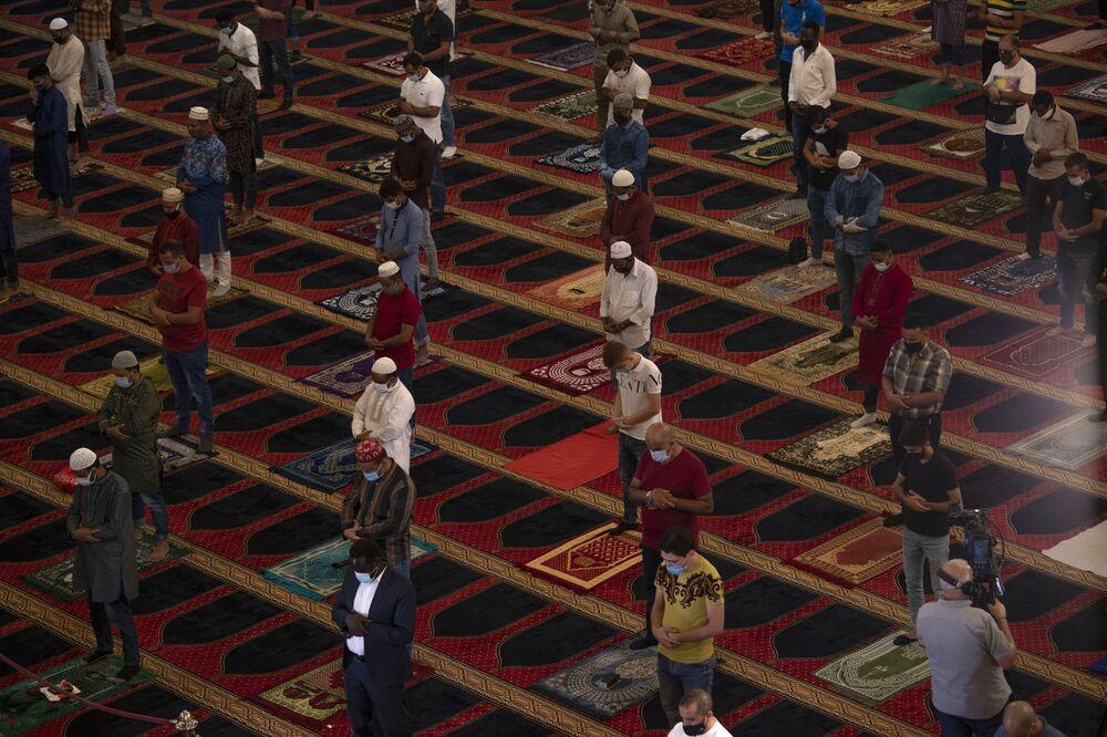 Lübnan'ın başkenti Beyrut'taki Mohammad al-Amin Camisi'nde Kurban Bayramı namazını kılan Müslümanlar
