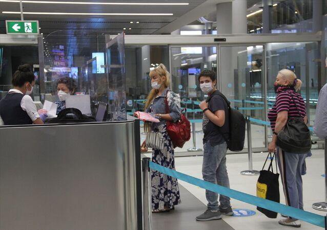 Rusya'ya, koronavirüs (Kovid-19) nedeniyle ara verilen tarifeli seferlere yeniden başlandı. İstanbul Havalimanı'ndan başkent Moskova'ya seyahat eden yolculardan Azat Saifulin, son altı aydır İsviçre ve Danimarka'da kaldığını, geçen ay memleketi Rusya'ya gitmeye karar verdiğini söyledi.