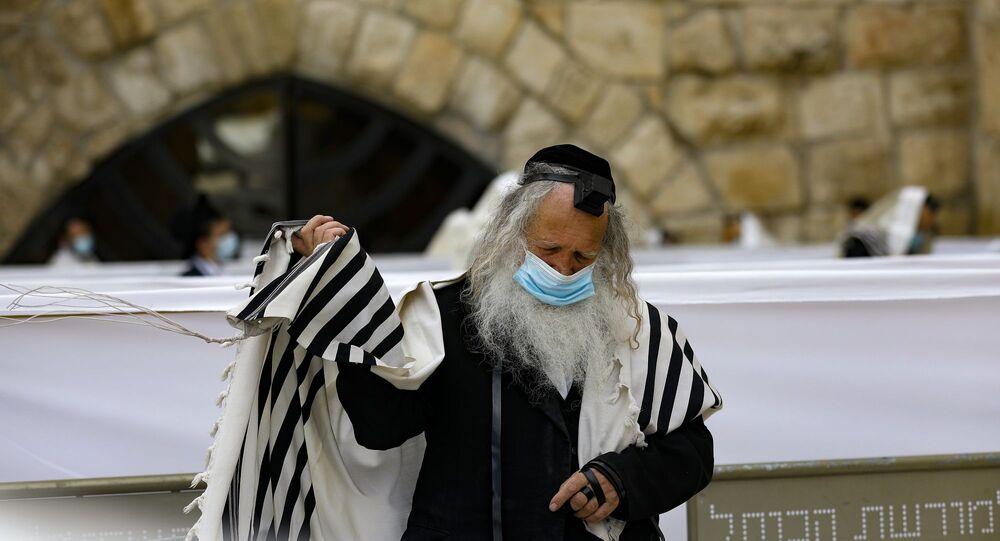 Yahudi bir adam - koronavirüs - maske - Kovid-19