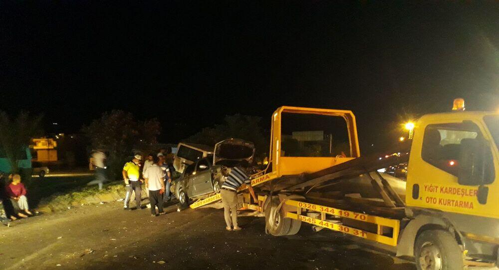 Hatay'ın Kırıkhan ilçesinde bir kamyonet kırmızı ışıkta duramayınca karşı yönden gelen başka bir otomobile çarptı. Kazada 1 kişi yaralandı.