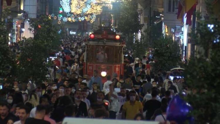 Kurban Bayramı'nı İstanbul'da geçiren vatandaşlar akşam saatlerinde İstiklal Caddesi'ne akın etti.