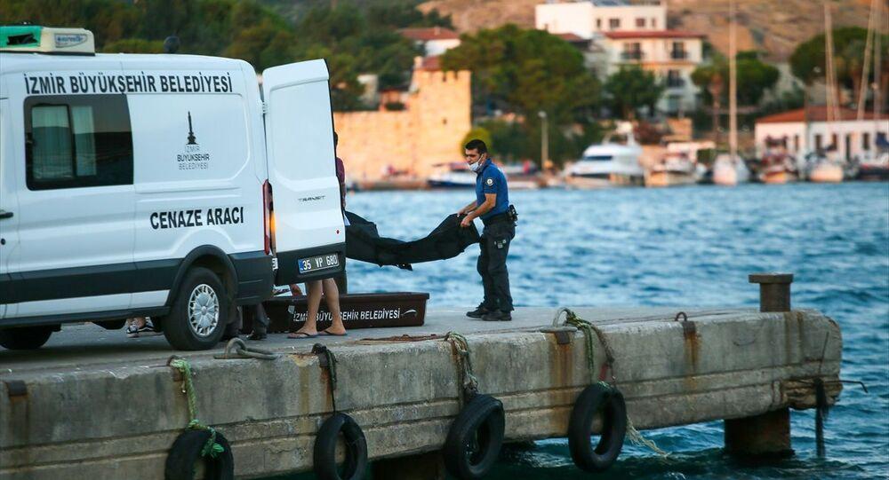 İzmir'in Foça ilçesinde bir teknenin batması sonucu ilk belirlemelere göre 2'si çocuk 4 kişi öldü, kaybolan bir çocuk için arama kurtarma çalışması başlatıldı. Cesetler incelemenin ardından Foça Devlet Hastanesi Morguna kaldırıldı.