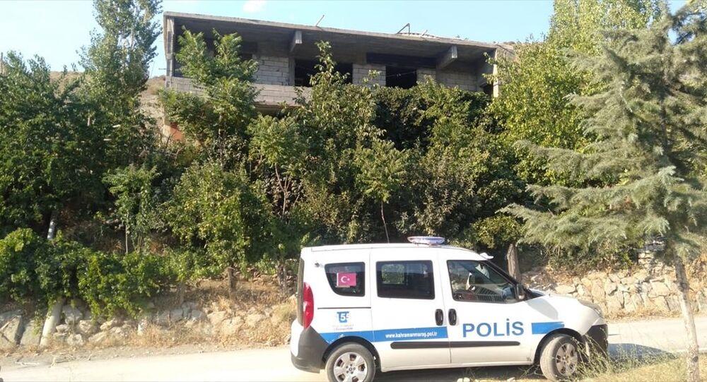 Kahramanmaraş'ın Çağlayancerit ilçesinde, boşanma aşamasında olduğu eşini tüfekle vurarak öldürdüğü, kayınvalidesini de yaraladığı iddia edilen kişinin yakalanmasına çalışılıyor.