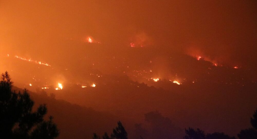İzmir'in Menderes ilçesinde çıkan orman yangını nedeniyle bir site daha tedbir amaçlı boşaltıldı.