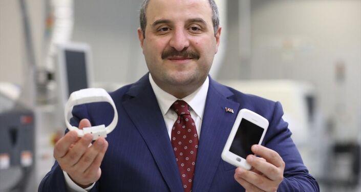 Firmanın Genel Müdürü Ömer Şahin Karaman'dan bilgi alan Varank, üretim tesisinde millileştirilen elektronik kelepçelerin prototiplerini inceledi.