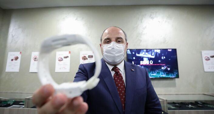 Bakan Varank, ziyarete ilişkin değerlendirmesinde, denetimli serbestlik uygulamaları kapsamında Türkiye'de elektronik kelepçe kullanıldığını belirterek, önceki süreçlerde elektronik kelepçelerin tamamının yurt dışından, bir İsrail firmasından ithal edildiğini bildirdi.