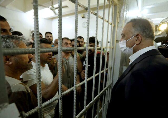 Irak Başbakanı Mustafa el-Kazımi cezaevine bayram ziyaretinde mahkumlarla görüşürken