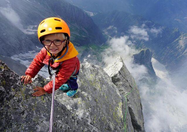 Daha neredeyse yeni yürümeye başlayan 3 yaşındaki İngiliz bir çocuk, İtalya ile İsviçre sınırında bulunan ve 3 bin metreden fazla yüksekliğe sahip Piz Badile'ye ulaşabilen en genç kişi unvanını elde etti.