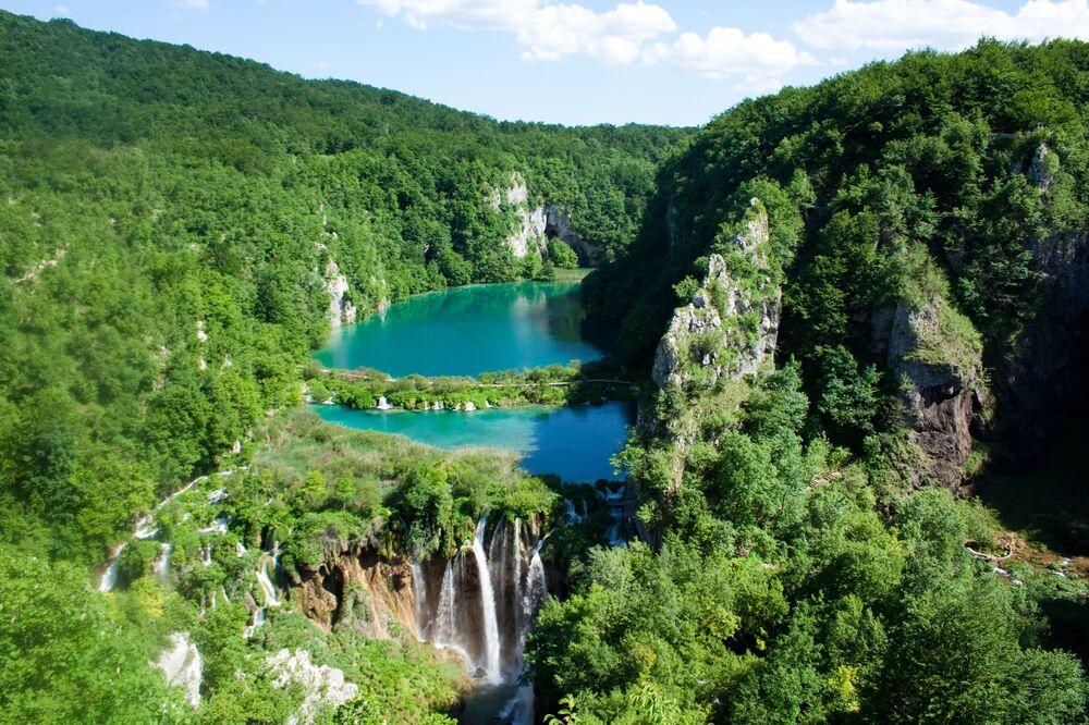 Hırvatistan'daki Plitvice Gölleri Milli Parkı'nda yer alan ve  yılda bir milyondan fazla ziyaretçi çeken Plitvice Gölleri turkuaz, yeşil, mavi ve gri gibi benzersiz renkleri ile ünlü. Göl çevresi çok çeşitli hayvan ve kuş türlerine ev sahipliği yapıyor. Zamanla Plitvice Göllerinin zengin mineral suları sürekli olarak traverten gibi doğal yapılar oluşturduğu için birçok göl, şelale ve mağara serisi üretiyor. Zaman geçtikçe bu kesintisiz traverten oluşum süreci 1979'da UNESCO Dünya Mirası Listesi haline gelen muhteşem bir manzara yarattı.