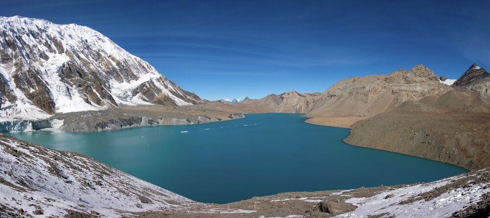 Nepal'deki Annapurna dağ zincirinin  erişilemez doruklarında yer alan  pitoresk Tilicho Gölü, deniz seviyesinden 4 919 metre yükseklikte bulunmaktadır. Gölün yüzeyinde bazen buzul parçaları görülüyor. Gölün güney kıyısında sürekli çığ tehlikesi olduğu için güvenlik amacıyla, turistler yalnızca gölün kuzey kıyısında yürüyebiliyor.