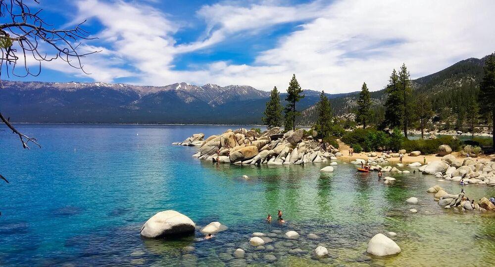 ABD'nin altıncı büyük gölü Tahoe, Kaliforniya ile Nevada arasında yer alıyor. Milyonlarca yıl önce Buz Devri'nde oluşmuş olan göl, dağ manzaraları, lüks kayak merkezleri ve Nevada kumarhaneleriyle tanınan bir tatil durağı.
