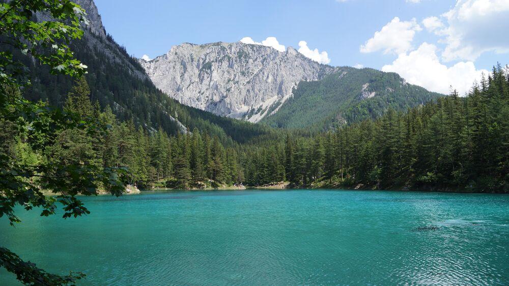 """Avusturya'nın Tragös kasabasının hemen dışında bulunan Grüner See """"Yeşil Göl"""" anlamına geliyor. Adının hakkını verecek kadar da canlı bir yeşil renge sahip. Göl Karst dağlarından eriyen kar suları ile oluştuğundan dolayı yazın bile çok soğuk oluyor. Ancak yine de Gruner See muhteşem bir yer ve yerel rehber eşliğinde tüplü dalış yapılabiliyor."""