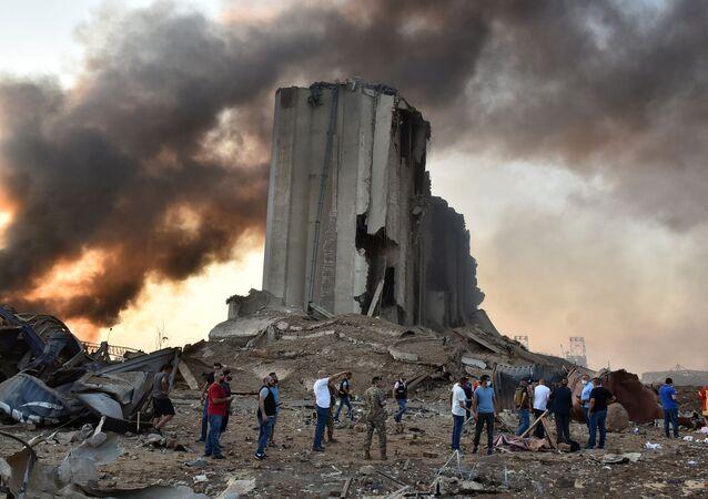 Lübnanlı yetkililer, 6 yıl boyunca bir depoda tutulan 2 bin 750 ton amonyum nitratın Afrika'da bir ülkeye sevk edilmek istenirken BL'de infilak ettiğini açıkladı.   Beyrut Limanı'nda yaşanan patlama, Lübnan tarihine en büyük patlama olarak geçti.