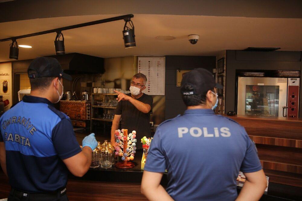Ümraniye'de Alemdağ Caddesi üzerindeki iş yerlerine yönelik denetimlere Kaymakam Cengiz Ünsal ve Belediye Başkanı İsmet Yıldırım da katıldı.