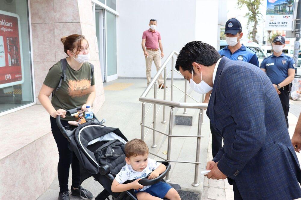 Üsküdar Kaymakamı Murat Sefa Demiryürek'in zabıta ve polis ekipleriyle yer aldığı denetimlerde, esnafa ve vatandaşlara maske ve sosyal mesafe kurallarına uyulması uyarılarında bulunuldu.