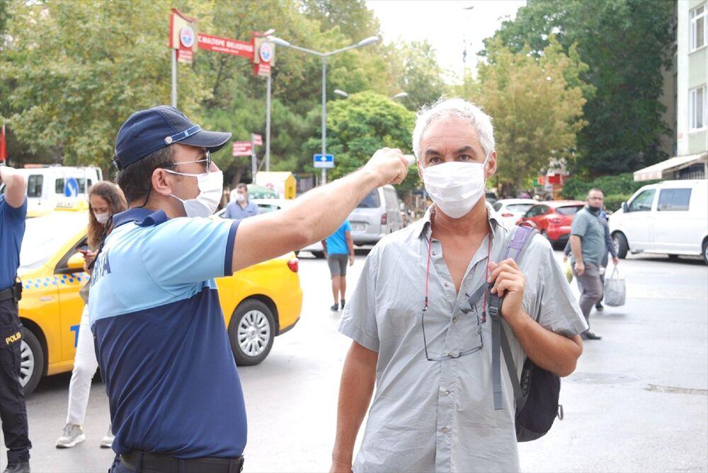Pazar girişinde vatandaşların ateşi ölçüldü, vatandaşlar için girişe dezenfektan konuldu.
