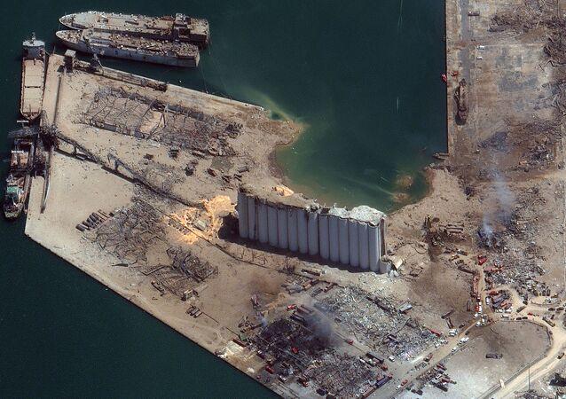 Lübnan'ın başkenti Beyrut'ta patlayıcı maddelerin bulunduğu depoda meydana gelen şiddetli patlama sonrası limanda oluşan kraterin uydu görüntüleri ortaya çıktı.