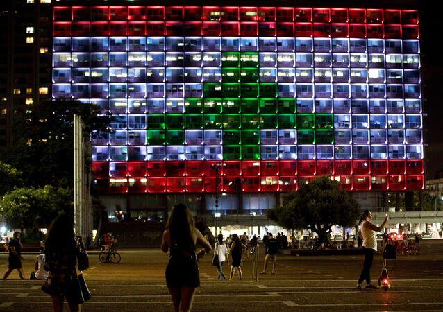 İsrail'de Tel Aviv belediye binasına Lübnan Bayrağı yansıtıldı