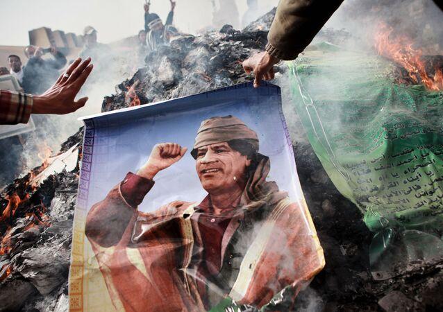 Bingazi'de Muammer Kaddfi posterleri yakıldı