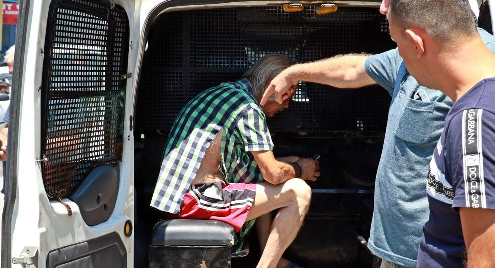Antalya'da sanayide çalışan 13 yaşındaki çocuğu istismar ettiği iddia edilen 55 yaşındaki adam, durumu fark eden iş yeri sahibi ve diğer esnafın da yardımıyla yakalandı.