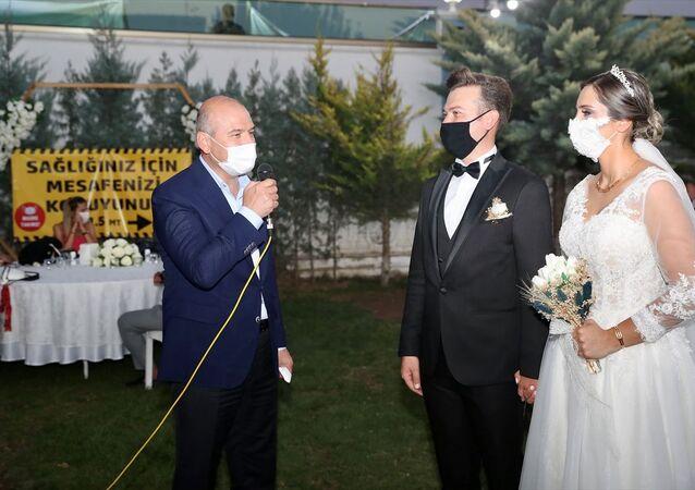 İçişleri Bakanı Süleyman Soylu, yeni tip koronavirüs (Kovid-19) tedbirleri kapsamında Ankara'da bir düğün salonunda gerçekleştirilen denetime katıldı. Bakan Soylu, İçişleri Bakanlığının Nişan/Nikah, Düğün, Sahil Bölgeleri Denetimlerine ilişkin genelgesi kapsamında, Sezen ve Halil İbrahim Yorulmaz çiftinin Çubuk ilçesindeki bir salonda gerçekleştirilen düğün töreninde yapılan denetime iştirak etti.