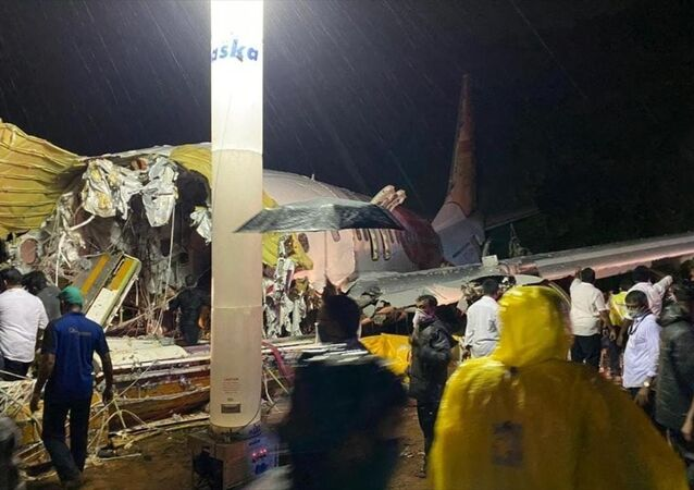 Hindistan'da iniş sırasında pistin dışına çıkan uçak ikiye bölündü: 15 kişi öldü