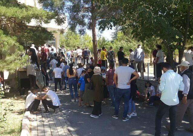 Kayseri'de yakınlarına Kovid-19 teşhisi konulan ve yurt dışına çıkmak isteyen vatandaşlar, koronavirüs testi yaptırmak için Kayseri Eğitim ve Araştırma Hastanesi Seyyid Burhaneddin Ek Hizmet Binası'nda uzun kuyruk oluşturdu.