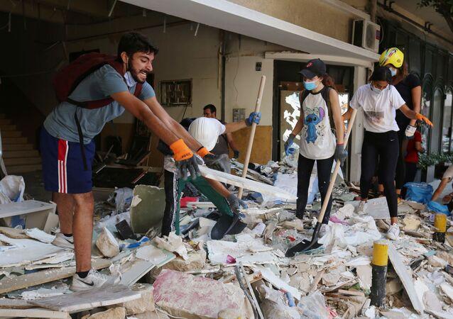 Lübnan'ın başkenti Beyrut'ta yaşanan patlamanın ardından, şehirdeki enkazı temizlemek ve ihtiyacı olanlara yardım etmek için çok sayıda Lübnanlı, gönüllü olarak günlerdir sokaklara iniyor